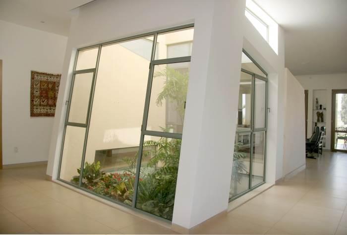 פטיו א- סימטרי במרכזו של הבית, המאפשר זרימת אוויר וחדירת אור טבעי, <br/>צילום: ארזה בן אור