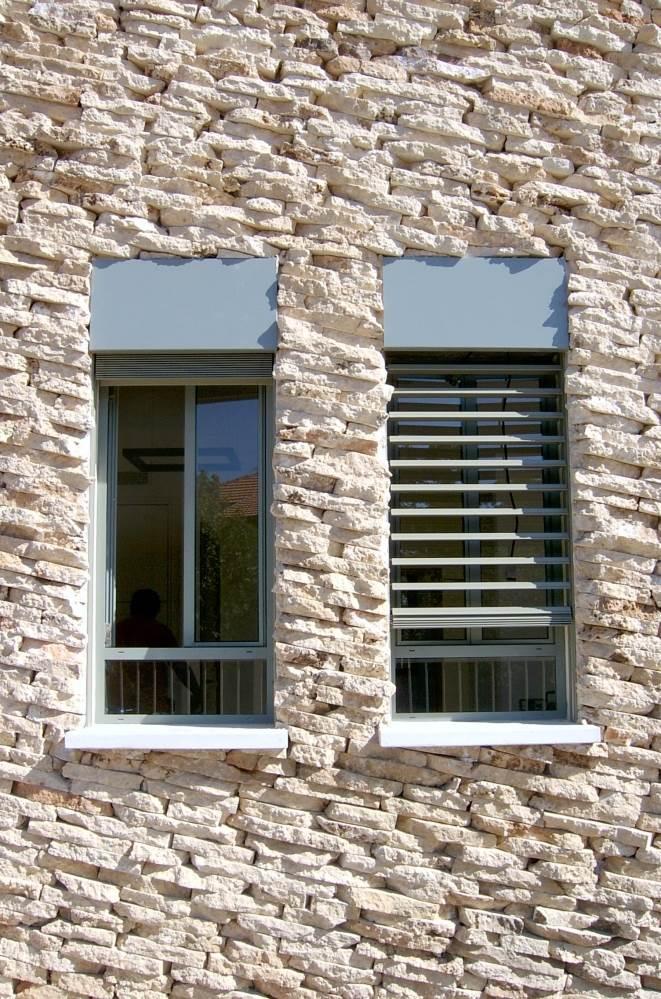 לחלונות הבית הצללה מתכווננת המאפשרת לשמור על תאורה נוחה במהלך שעות היום, צילום: ארזה בן אור