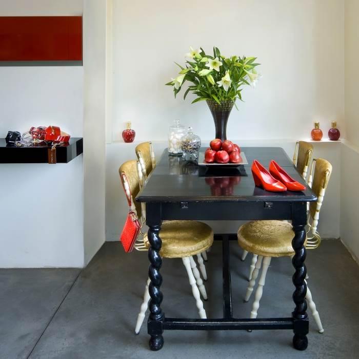במטבח פינת ישיבה משנות השבעים, <br/>שבה ניתן ליהנות מקפה לצד הרכישה, (צילום: אלעד גונן)