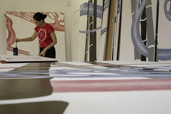 במקום להציג ברחבי המלון תמונות מאוסף האמנות של סבג, המלון משמש לקידום אמנות<br/>(צילום: אברהם חי)