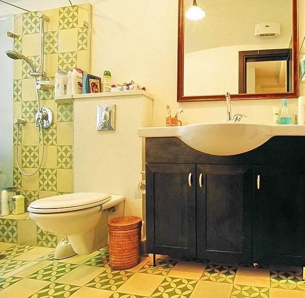 בחדרי הרחצה של שתי הדירות, הורכבו מדפים ומקלחון עשויים זכוכית שקופה ונבחרו צבעים חמימים<br/>(צילום: מעוז ברדה)