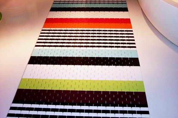 שטיח העשוי מחיבור מלבנים עם חללים ביניהם<br/>(צילום: זיוה בר)