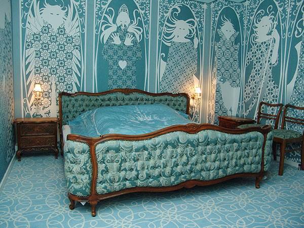 חדר 509 עוצב על ידי בירגיט אמאדורי בגוונים מרגיעים ומלכותיים של כחול ולבן<br/>(צילום: האתר הרשמי)