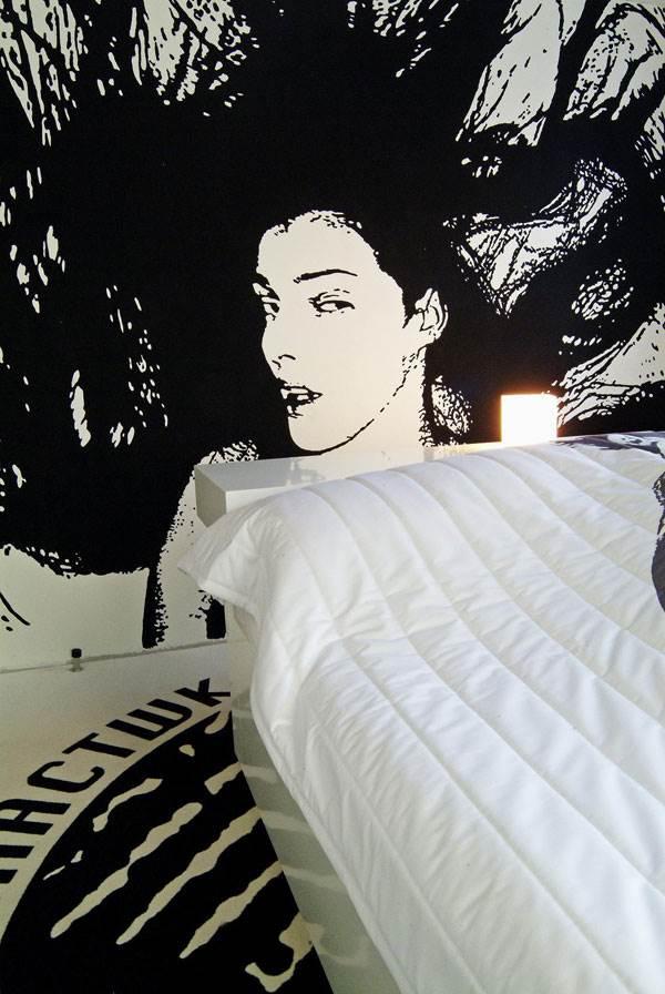 חדר 311- עוצב על ידי אמן צרפתי ומעוטר בדמויות נשיות דינאמיות בצבעי שחור לבן<br/>(צילום: האתר הרשמי)