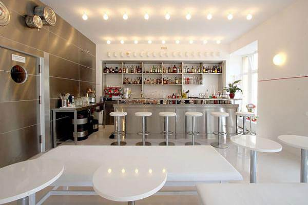 חלל המסעדה מעוצב בצבעים סטריליים של לבן וכסף, ממש כמו חדר ניתוח אמיתי<br/>(צילום: האתר הרשמי)