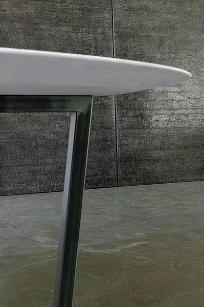 שולחן אוכל עגול ,בסיס מברזל גס ופלטה מעץ מצופה גבס מהליין ששורטט עבור קאזה מילאנו, (צילום: מקס זמבלי)