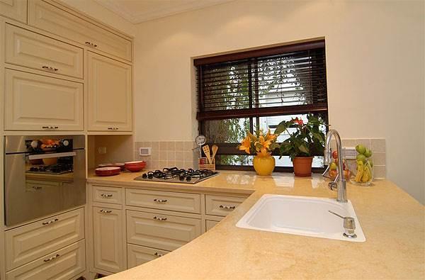 במטבח בעל מראה מינימליסטי, מומלץ להשתמש בוילון ונציאני <br/>שמאפשר שליטה על רמת ההצללה,