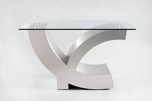 שולחן שעוצב בשנות ה-70 על ידי מנשה קדישמן <br/>(צילום: יח