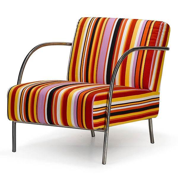 כורסא מפוספסת בעיצוב צעיר,
