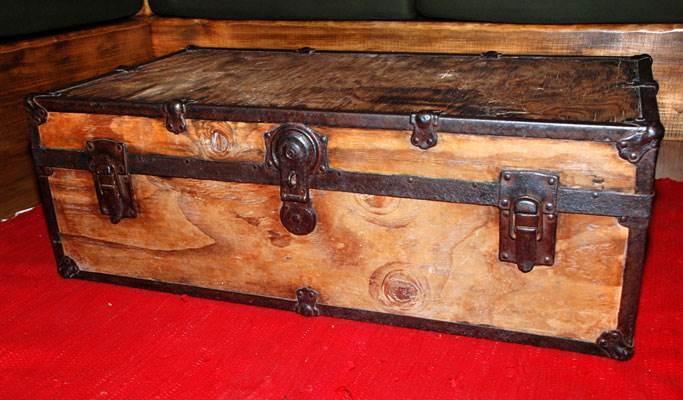 שולחן הסלון שהוכן על ידי זיו ממזוודה ישנה (צילום: לירז פאנק) <br/>
