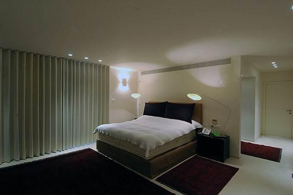 באזור השינה ממוקמת המיטה ולרוב גם שתי שידות לצידה (צילום: תמר גור)