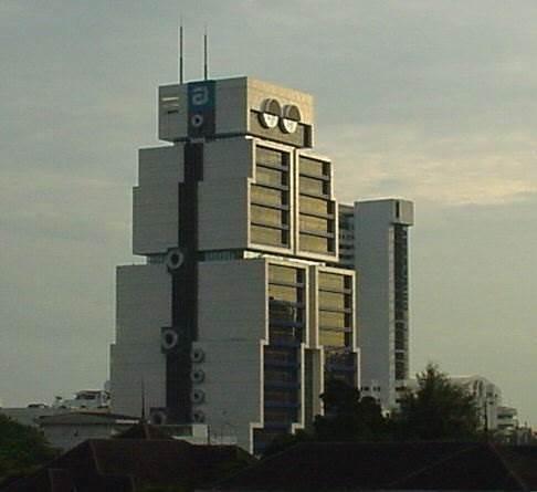 בניין הרובוט בעיר בנגקוק שבתאילנד, משמש את המטה הראשי של בנק אסיה, (צילום:www.skyscrapercity.com)