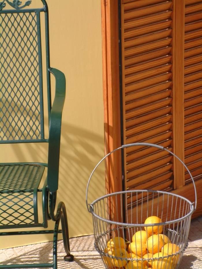 ריהוט ממתכת למרפסת ניתן לרענן בצורה פשוטה בעזרת צבע DTM על בסיס מים, נירלט (צילום: יח