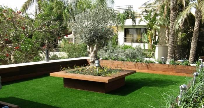ניתן להתקין את הדשא גם על גבי משטחים קשים כגון מרפסות וגגות. במקרה זה תהליך ההתקנה הינו פשוט ואינו דורש הכנה מוקדמת, (צילום: יח
