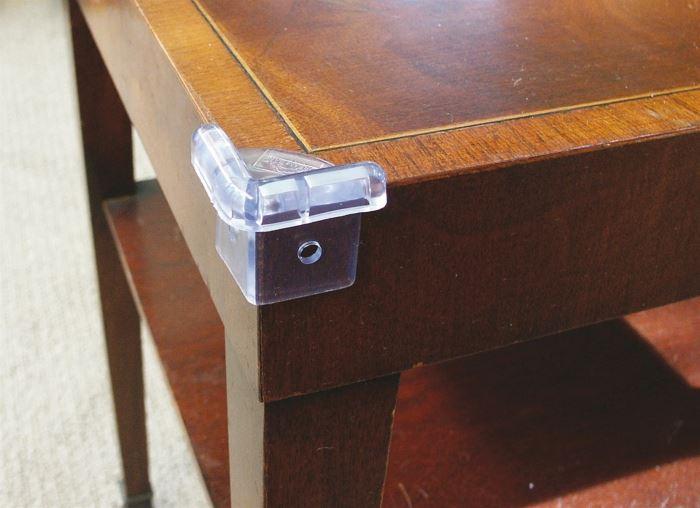 מומלץ לרכוש רהיטים בעלי פינות מעוגלות, או לחלופין מגני פינות למניעת פגיעות, מגן פינות מבית