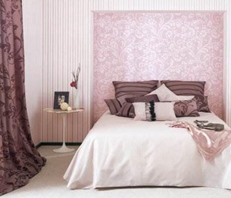 הקיר המחופה משמש כאלמנט עיצובי לכל דבר, המשלים את הריהוט בחלל,