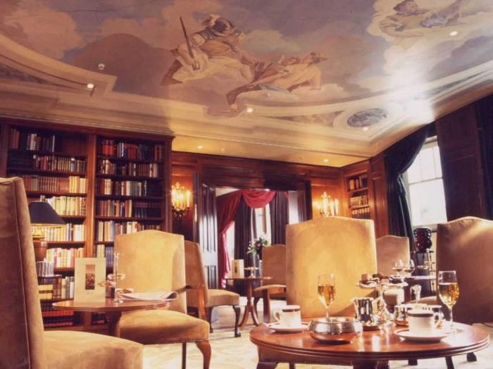 בר בספריית מלון Adlon בברלין בתכנון עזרא עטייה
