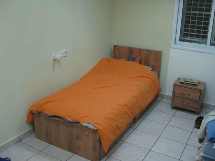 כל ילד זכה למיטה, כוננית ומצעים חדשים תרומת חברת הבניה עמית מרשנסקי, (צילום: Adira TV)