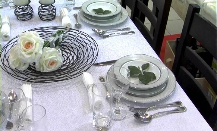 """""""מגש ומחזיקי נר 'קן לציפור' ישוו מראה אלגנטי לשולחן החג"""", שולחן ערוך ברשת ACE, (צילום: יאיר קיסרי)"""