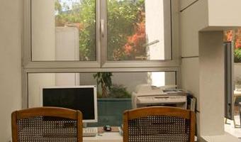 """""""רצוי למקם את פינת העבודה ליד חלון"""", נישת עבודה עם חלון אלומיניום קלאסי של """"קליל"""", (צילום: יח""""צ)"""