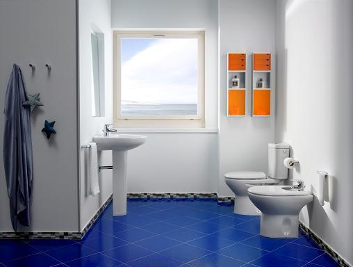 עיצוב חדר אמבטיה בצבעי כחול ולבן רעננים, מבית