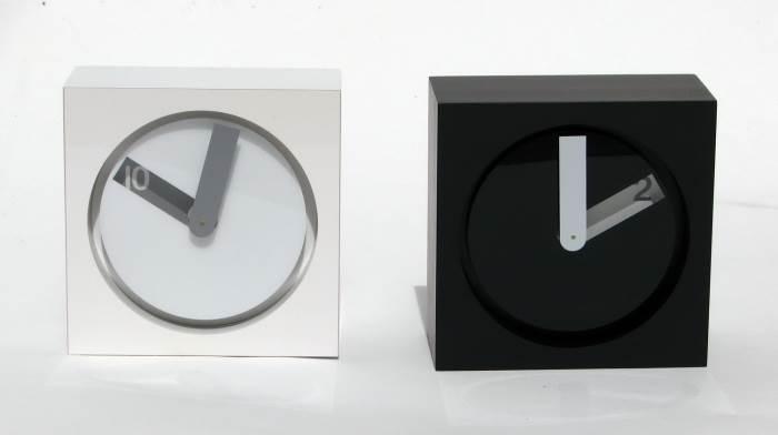 """""""מחוג אחד בלבד, שמראה את ספרת הדקות וחלל מלבני אחורי, שחושף את ספרת השעות"""", שעונים מקולקציית """"box 2010"""" של ארביטמנ'ס, במחיר 399 ש""""ח בלבד, (צילום: יח""""צ)"""