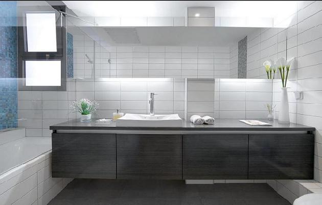 """""""פריטים שלכאורה מרחפים, ייצרו את תחושת הריווח המבוקשת"""", חדר אמבטיה בעיצובה של הילית קרש, (צילום: שגב צלמים)"""