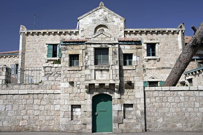 בית תבור, בית פתוח במבנה שהוכתר בזמנו על ידי טדי קולק בתואר