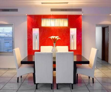 טאצ אישי באמצעות אלמנט אחד או שניים. הקיר האדום בפינת האוכל (צילום: אלעד גונן)