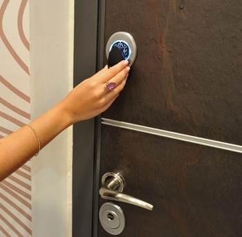 מנגנון מכני הפותח את הדלת בארבע אופציות שונות. הדלת החכמה של רב בריח (צילום:יח