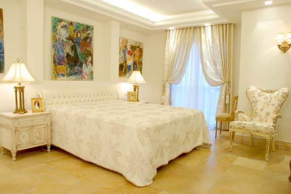 תמונות בסגנון מודרני לצד מיטת קפיטונז בסגנון קלאסי (צילום יח