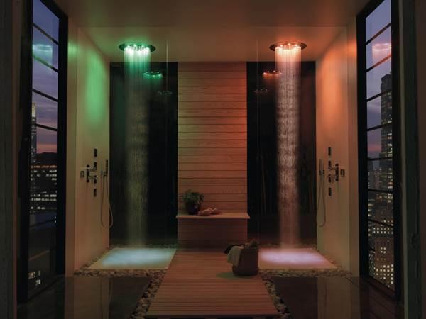 """לא רק חלל האמבטיה גדל, אלא גם כל האביזרים בו- הכיור, האריחים, האמבטיה, המקלחון ואפילו ראשי המקלחת. המקלחון של """"חזי בנק"""" (צילום: יח""""צ)"""