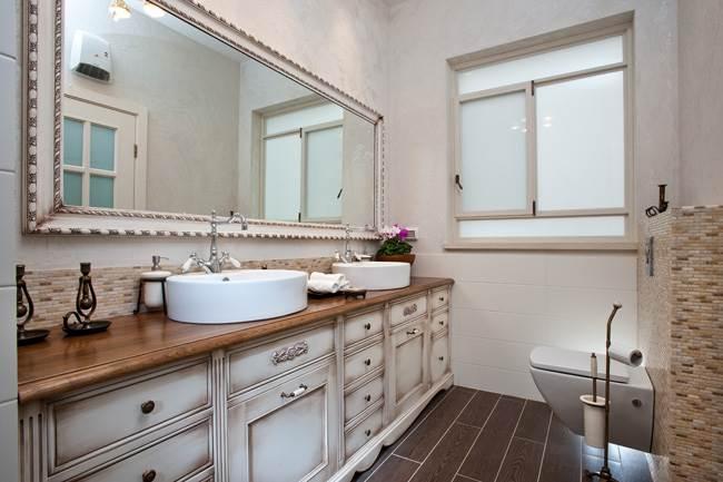 על אף המרחב הגדול נעשה ויתור על אמבטיה ובמקומה נבנה טוש גדול ומפנק. חדר הרחצה (צילום: דודו אזולאי)