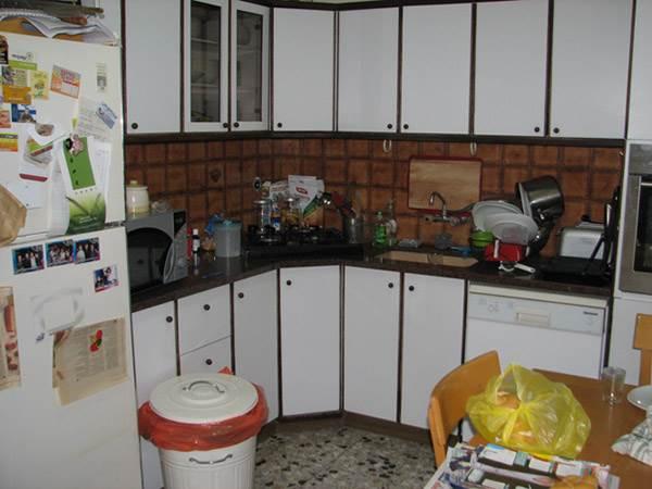חלל סגור וחשוך שהכיל גם פינת אוכל וגם חדר כביסה. מטבח הדירה לפני השיפוץ