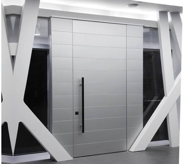 צירים מאסיביים ואטימה מוחלטת מפני כניסה של אור, לכלוך ומים. דלת של דקור בעיצוב מודרני (צילום:יח