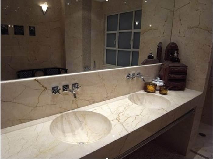 """כבר לא מדברים על זהויות לאומיות, אלא על עיצוב אישי וספציפי. חדר האמבטיה בביתה של ד""""ר אוהד בתל אביב"""