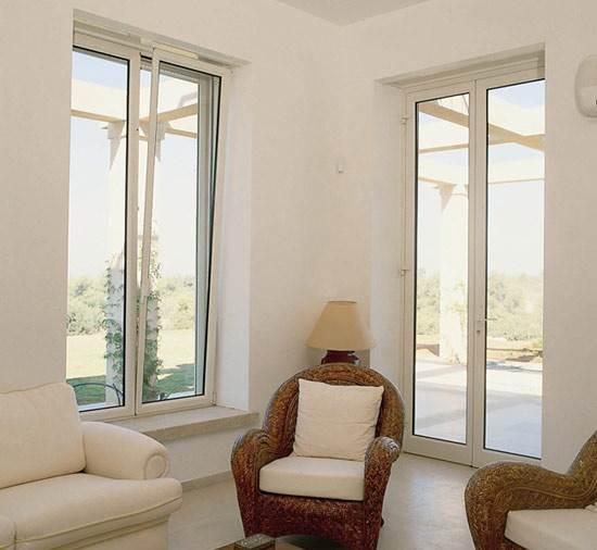 צבע אחיד לחלון ולקיר ייצור רקע אחיד ונייטרלי לאלמנט אחר שנרצה להבליט (צילום: יח