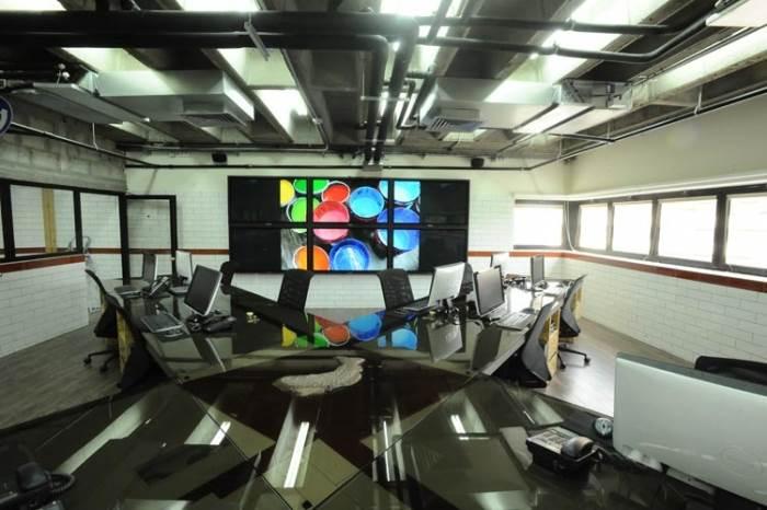 חלל העבודה תוכנן כאופן ספייס כדי לאפשר את התקשורת הנחוצה בין העובדים (צילום:יח