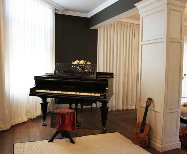 הפסנתר שמהווה מעין תכשיט היה אחד הסיבות להגבהה של החלל על מעין במה אשר נותנת לו את הפוקוס הראוי לו. פינת העבודה (צילום: אווה קהן, תיבת נוח)
