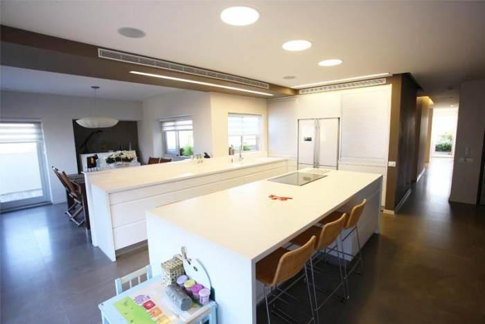המרכזיות שלו בבית הצריכה עיצוב נקי ומינימלי יותר. המטבח לאחר השיפוץ (צילום: רודי אלמוג)