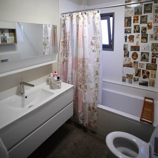 קו צעיר ועדכני, אריחים מודפסים, וילון טלאים מבד. חדר האמבטיה של הנערות בקומה העליונה (צילום: רודי אלמוג)