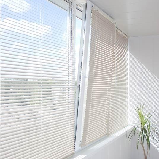 וילונות דואט או פליסה יתאימו לחלון מסוג זה. חלון בפתיחת דריי קיפ (צילום:שאטרסטוק)