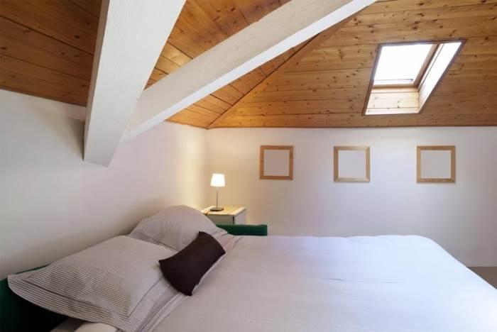 המיקום שלו בתקרה והאור והחום שהוא מכניס לחדר מצריכים וילון עם התקנה ובד מיוחדים. חלון סקיי לייט בחדר שינה (צילום: שאטרסטוק)