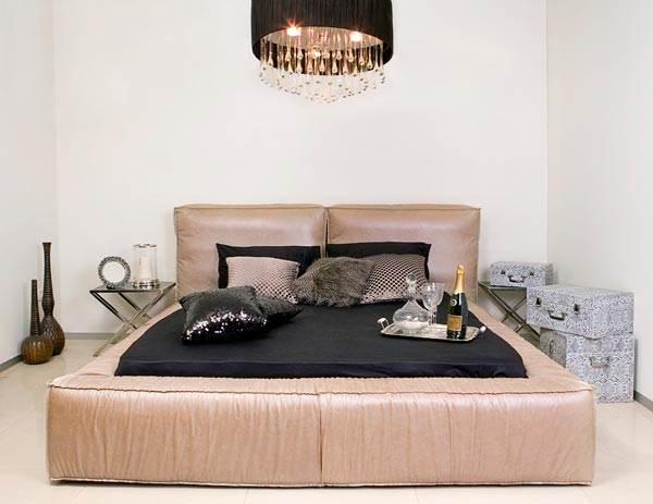 מיטה מדגם אקסיומה עם ריפוד מעור ב-10,800 ¤ במקום 18,000 ¤. גלריית זהבי (צילום: יח