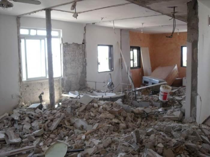 כמעט כל הקירות נשברו וכל התשתיות הוחלפו. הדירה במהלך השיפוץ