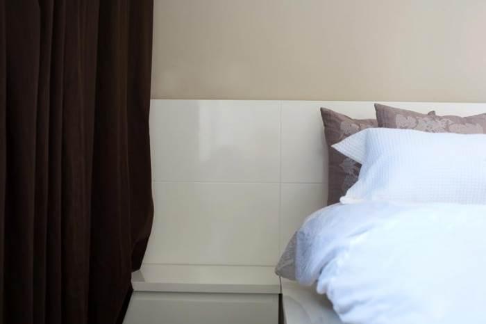 הטקסטיל בחדר נבחר בקפידה מתוך כוונה להעניק לחדר מודרני ומינימליסטי, את הנגיעה החמימה שהוא צריך (צילום: טל ניסים)
