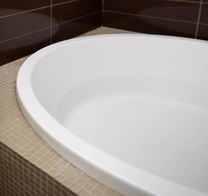 אמבטיה זוגית עגולה ומרווחת שעושה חשק לעבור לגור בתוכה (צילום: טל ניסים)