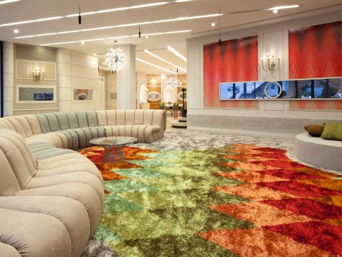 שטיח כתום ירוק, ספה מפותלת ו-16 מתמודדים. מישהו אמר קרקס? (צילום: עמית גרון)