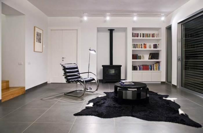 עיצוב מרווח, עדכני ומודרני שלא מסגיר את ההיסטוריה של הבית (צילום: טל קרת)