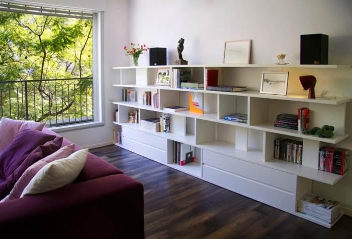 הספרייה תוכננה על ידי לילינטל ובוצעה על ידי נגר פרטי, על מנת להוסיף רושם ופרקטיקה בסלון (צילום: קלי לוי)